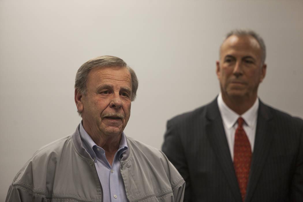 El detective retirado de North Las Vegas, Bob King responde a las preguntas de los medios en una conferencia de prensa para discutir nuevos descubrimientos en el caso de la desaparición de Franci ...