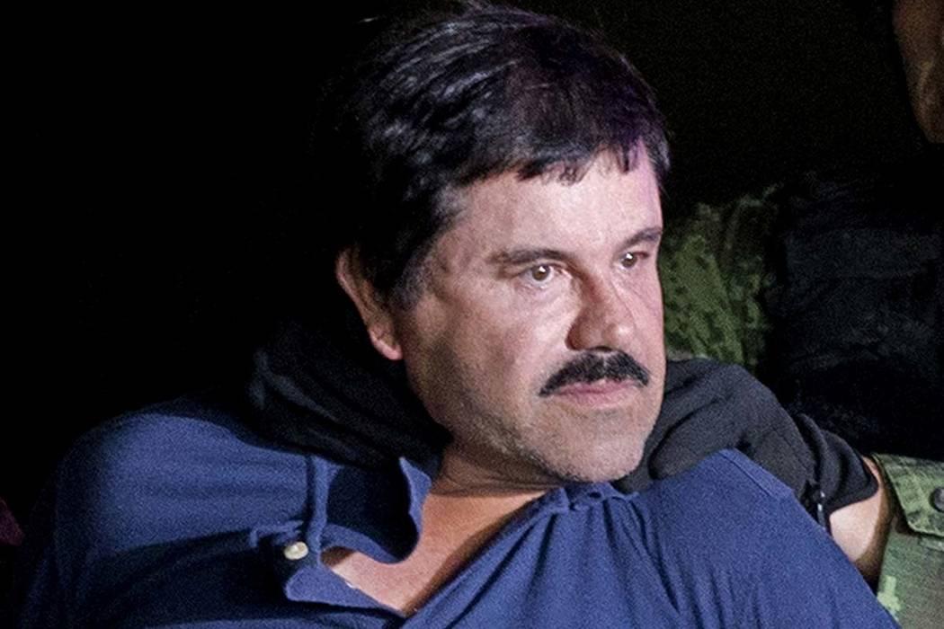"""En esta foto de archivo del 8 de enero de 2016, el narcotraficante Joaquín """"El Chapo"""" Guzmán debe enfrentar a los medios de comunicación en la Ciudad de México mientras es escoltado por soldad ..."""