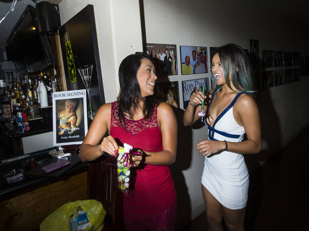 Prostitutas Cee Mia, izquierda, y Jade Monroe hablan antes de una celebración de cumpleaños en el burdel Love Ranch en Crystal, justo al norte de Pahrump, el viernes 20 de julio de 2018. Chase S ...