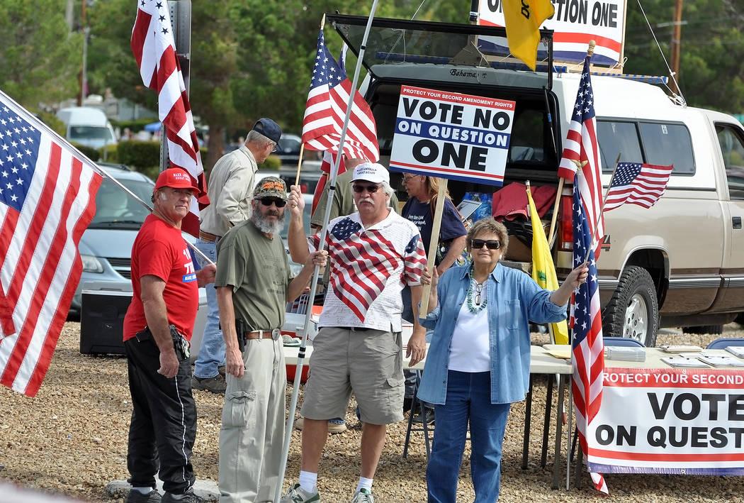 """Un mitin de """"VOTA NO A LA PREGUNTA 1"""" en Pahrump en la autopista 160 en octubre. Una nueva ley de Nevada que exige una verificación de antecedentes para la venta de armas de fiestas privadas ..."""