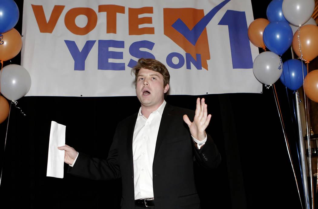 """Joe Duffy, gerente de la campaña """"Sí a la 1"""", habla sobre las verificaciones de antecedentes antes de una venta de armas o grupos de transferencia durante una fiesta de vigilancia en el restaura ..."""