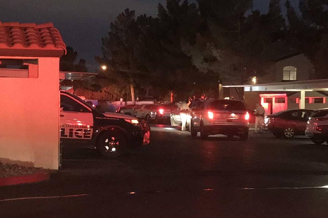 La policía de Las Vegas informa que un hombre recibió dos disparos el miércoles por la mañana, 13 de febrero de 2019, durante una discusión en los apartamentos Mirasol en Warm Springs Road. ( ...