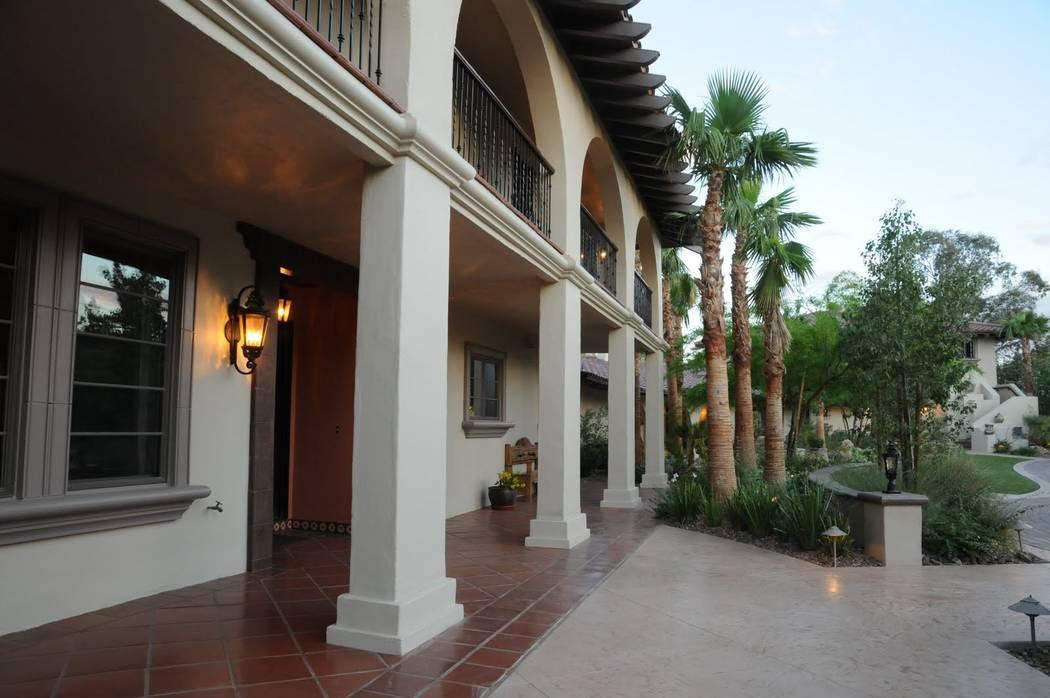 Esta casa de estilo español en 7206 Tomiyasu Lane en Las Vegas se extiende sobre 8 mil 9 pies cuadrados y fue adquirida en una subasta de ejecución hipotecaria en marzo pasado por $1.4 millones. ...