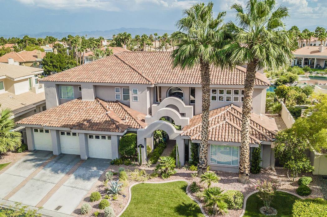 Esta casa en 8905 Canyon Springs Drive en Las Vegas fue ejecutada por Bank of America en julio de 2018 y comprada en noviembre por $970 mil 200. (Erica Jade / Robinson Realty & Management)