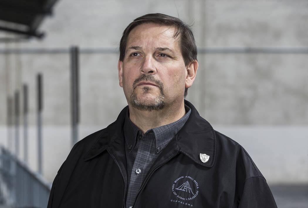 Dan Holmgren fue despedido recientemente de su trabajo como conductor de limusinas por conversar un poco con el propietario de los Raiders, Mark Davis, en las afueras de Caesars Palace. Foto tomad ...