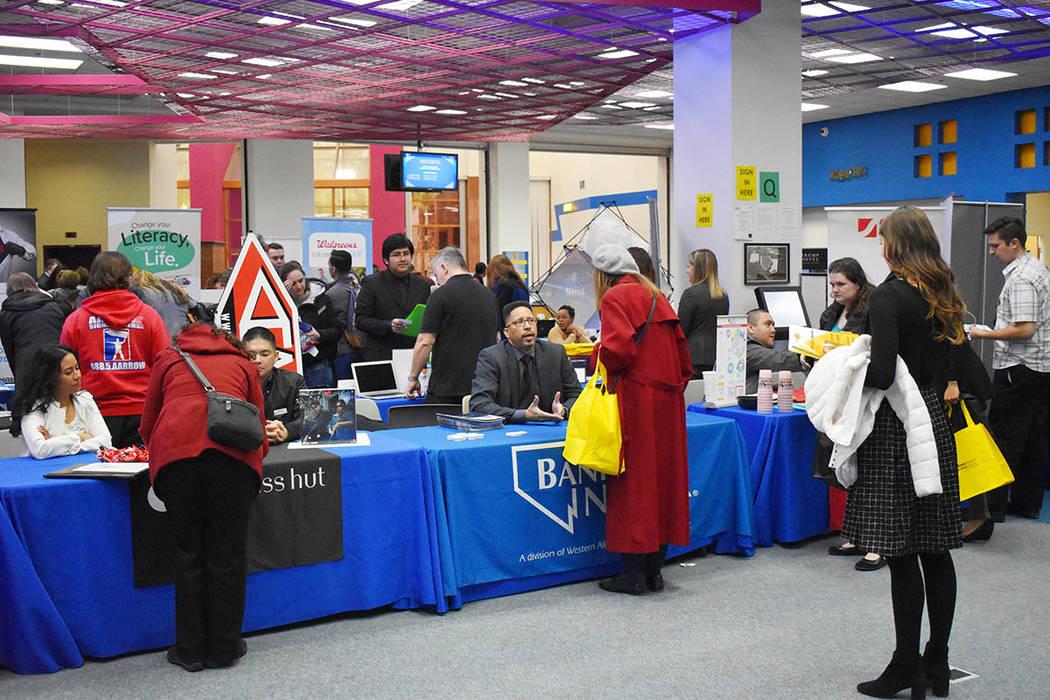 El evento se convirtió en un foro abierto para que los solicitantes se mezclaran con los reclutadores, aprendieran sobre ofertas de trabajo y recopilaran información sobre posibles empleadores. ...