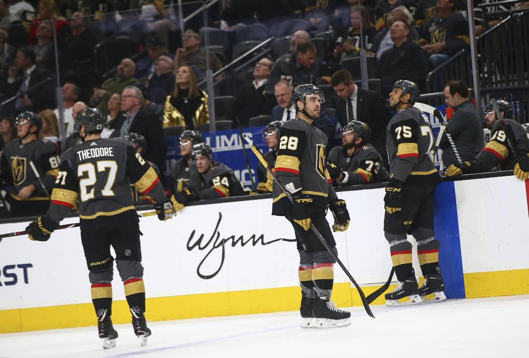 El ala izquierda William Carrier (28) y el ala derecha Ryan Reaves (75) reaccionan después de anotar un gol a los Coyotes de Arizona durante el segundo período de un juego de hockey de la NHL en ...