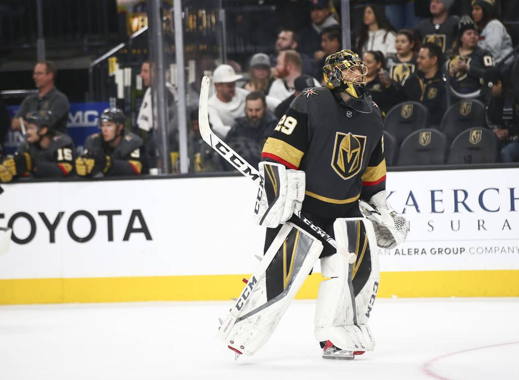 El portero Marc-André Fleury (29) de los Golden Knights reacciona después de ceder un gol a los Coyotes de Arizona durante el tercer período de un juego de hockey de la NHL en T-Mobile Arena en ...
