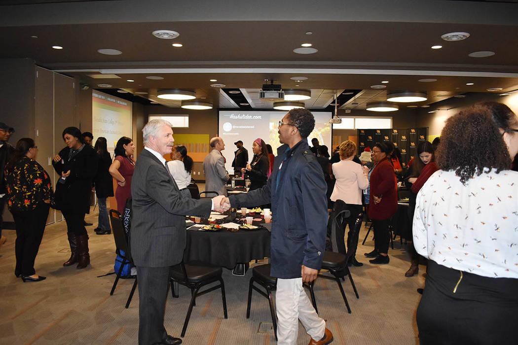 El evento fue atendido por más de 50 personas, entre profesores, personal y estudiantes, así como líderes afroamericanos de la comunidad, incluida la activista local Hannah Brown. Jueves 14 de ...