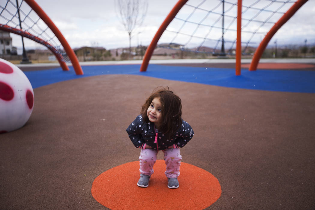 Madison Luisi, de 2 años, juega con el granizo en Fox Hill Park en Las Vegas, domingo 17 de febrero de 2019. (Rachel Aston / Las Vegas Review-Journal) @rookie__rae