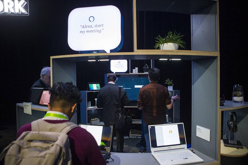 Asistentes exploran una sala donde se exhiben productos integrados con Alexa de Amazon en el Sands Expo and Convention Center durante el CES en Las Vegas el jueves 10 de enero de 2019. (Chase Stev ...