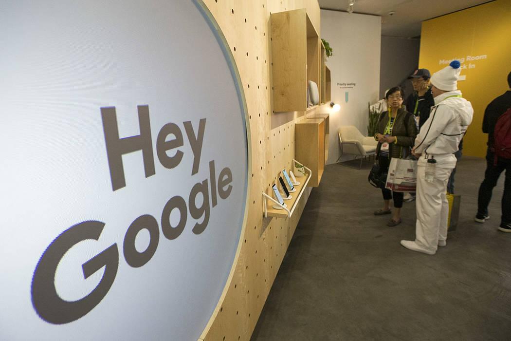 Los asistentes exploran los productos de Google en exhibición en el stand de Google el primer día del CES en el Centro de Convenciones de Las Vegas en Las Vegas el martes 8 de enero de 2019. (Ar ...