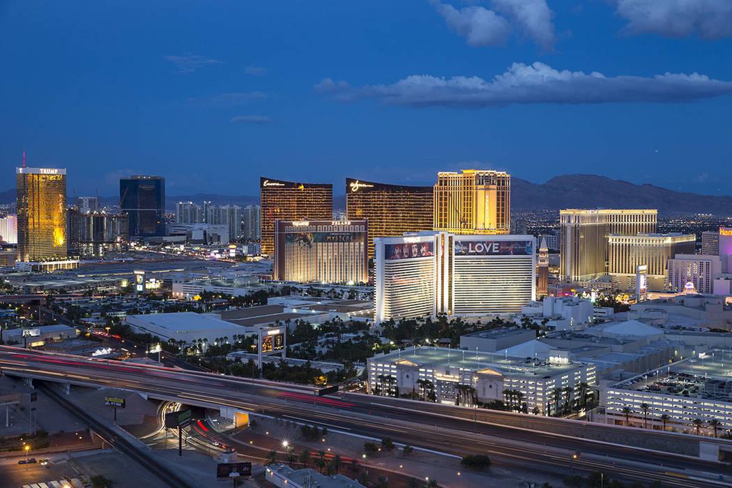El Strip se ilumina al anochecer como se ve desde el VooDoo Lounge en la parte superior del hotel-casino Rio en Las Vegas el miércoles 3 de octubre de 2018. (Archivo de La Vegas Review-Journal)