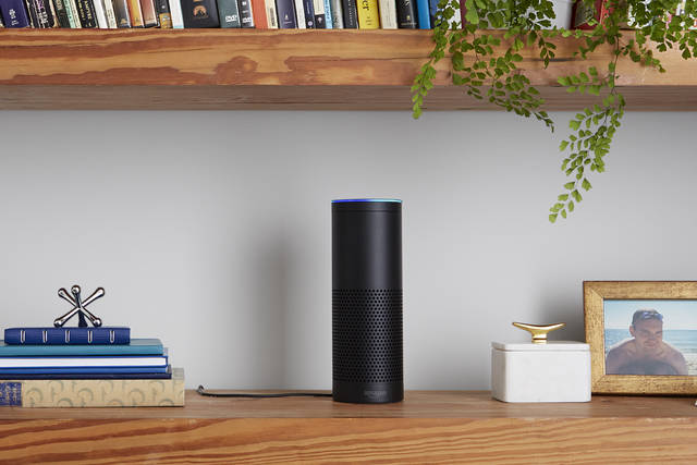 Amazon Echo es un dispositivo manos libres habilitado con micrófonos. (Amazon.com, Inc)