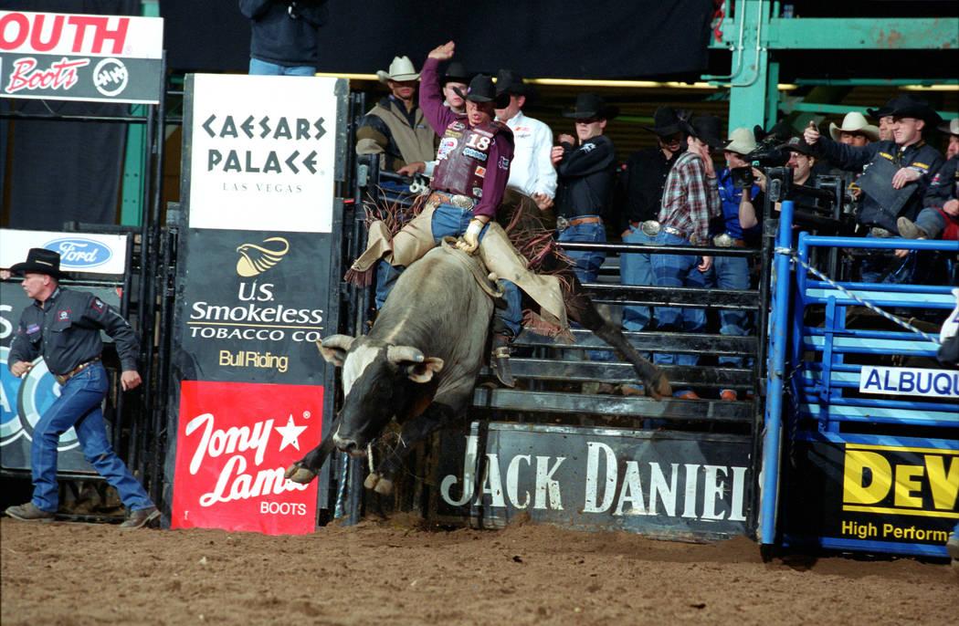 Aaron Semas monta a Jesse James por 93.3 puntos en la PBR de Albuquerque 2001. (Foto por Andy Watson)