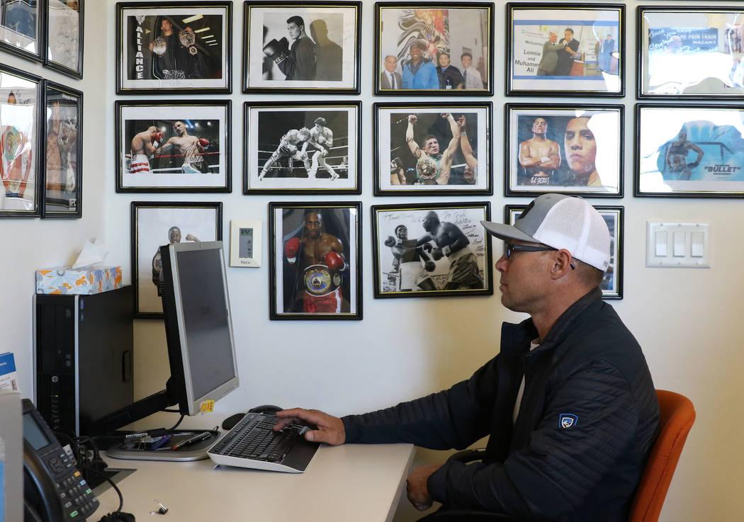 El jinete profesional Aaron Semas, de Weatherford, Texas, toma un examen de memoria verbal en la Clínica Cleveland el martes 12 de febrero de 2019 en Las Vegas. La Clínica Cleveland comenzará a ...