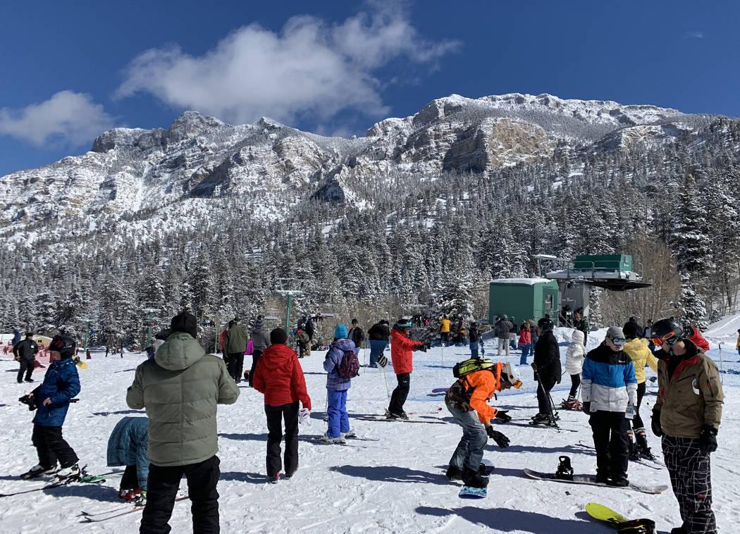 Los esquiadores aprovechan la nieve fresca en Lee Canyon, en las afueras de Las Vegas, el lunes 18 de febrero de 2019. Mount Charleston recibió casi cuatro pulgadas de nieve el domingo según el ...