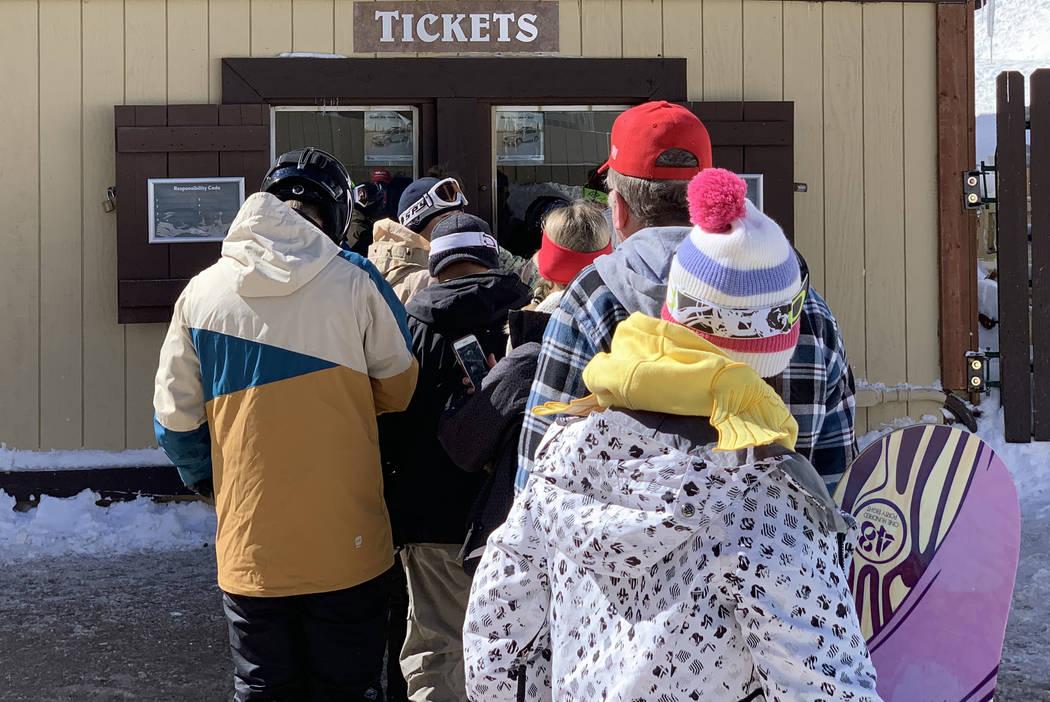 Esquiadores en fila para comprar boletos en Lee Canyon fuera de Las Vegas el lunes 18 de febrero de 2019. Mount Charleston recibió casi cuatro pulgadas de nieve el domingo de acuerdo con el Servi ...