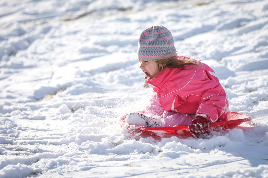 Lila Petronzi, de 4 años, se desliza por una colina cubierta de nieve en Fox Hill Park en el área de Summerlin de Las Vegas, el lunes 18 de febrero de 2019. (Caroline Brehman / Las Vegas Review- ...