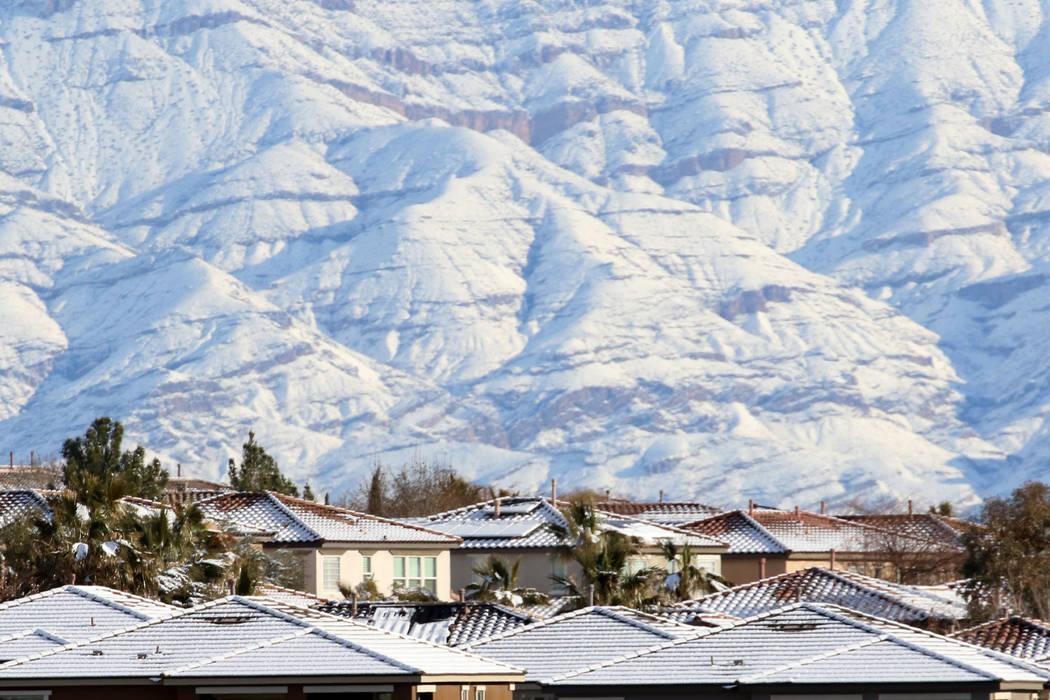 Techos cubiertos de nieve y montañas se ven en Summerlin el lunes 18 de febrero de 2019. (Bizuayehu Tesfaye / Las Vegas Review-Journal) @bizutesfaye