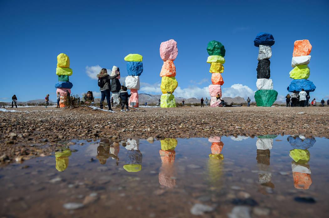 Los turistas visitan las Siete Montañas Mágicas en el Condado de Clark, el lunes 18 de febrero de 2019. (Caroline Brehman / Las Vegas Review-Journal) @carolinebrehman