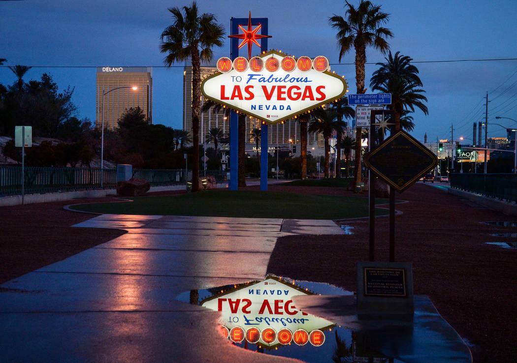 Charcos de lluvia quedan de la nevada de la noche anterior en el letrero de Welcome to Fabulous Las Vegas en Las Vegas, el lunes 18 de febrero de 2019. (Caroline Brehman / Las Vegas Review-Journal ...