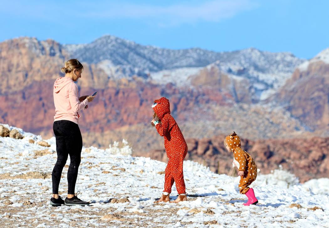 Melissa Brewer toma una fotografía de sus hijas Brooke, de 6 años, centro, y Charlotte, de 2 años, en Red Rock el lunes 18 de febrero de 2019 en Las Vegas. (Bizuayehu Tesfaye / Las Vegas Review ...