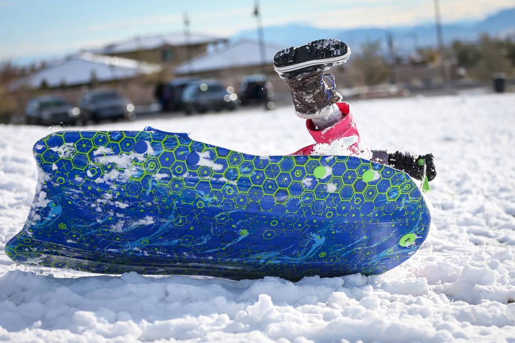 Nora Petronzi, de 8 años, se tropieza por una colina cubierta de nieve en Fox Hill Park, en el área de Summerlin de Las Vegas, el lunes 18 de febrero de 2019. (Caroline Brehman / Las Vegas Revie ...