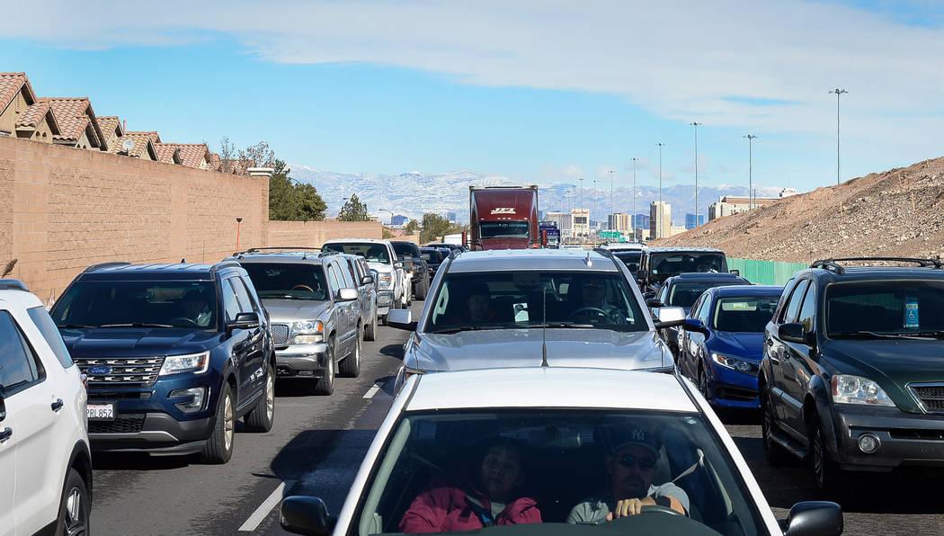 El tráfico se acumula en la carretera interestatal 15 en dirección sur en Las Vegas, el lunes 18 de febrero de 2019. (Caroline Brehman / Las Vegas Review-Journal) @carolinebrehman