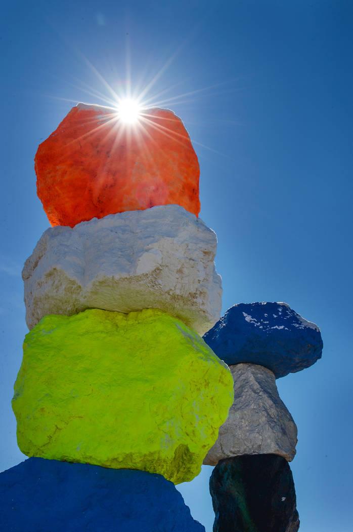 El sol se asoma sobre una de las estructuras rocosas de las Siete Montañas Mágicas en el Condado de Clark, el lunes 18 de febrero de 2019. (Caroline Brehman / Las Vegas Review-Journal) @caroline ...