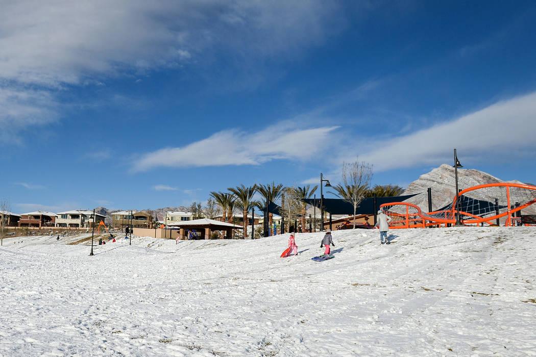 Familias y paseadores de perros salen a disfrutar de un parque cubierto de nieve Fox Hill Park en el área de Summerlin de Las Vegas, el lunes 18 de febrero de 2019. (Caroline Brehman / Las Vegas ...