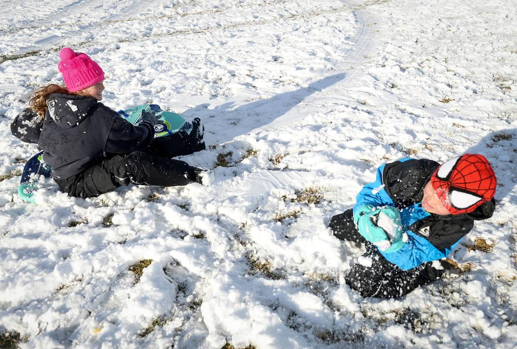 Ava Dupuis, de 10 años, izquierda, y Hayden Sells, de 7, se lanzan bolas de nieve en Fox Hill Park en el área de Summerlin en Las Vegas, el lunes 18 de febrero de 2019. (Caroline Brehman / Las V ...