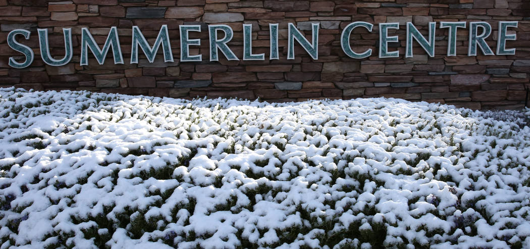 La señal del Centro Summerlin después de que nieve cayó el lunes 18 de febrero de 2019 en Las Vegas. (Bizuayehu Tesfaye / Las Vegas Review-Journal) @bizutesfaye