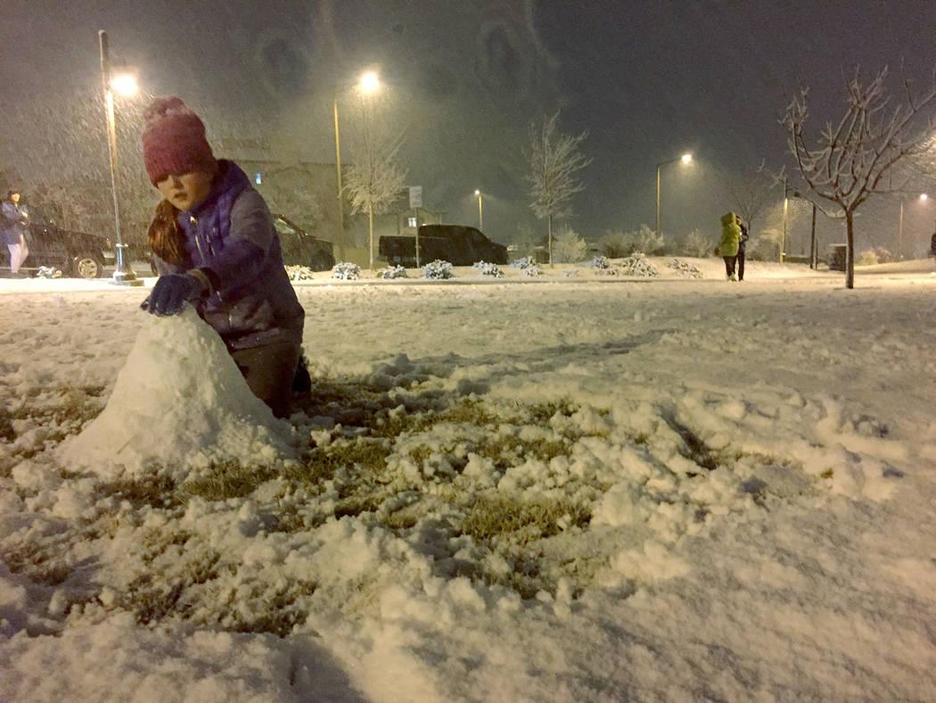 Ellie Prindle, de 10 años, estudiante de quinto grado en la Escuela Primaria Givens, hace un muñeco de nieve el domingo 17 de febrero de 2019 en Fox Hill Park en Summerlin. (Marian Green / Las V ...