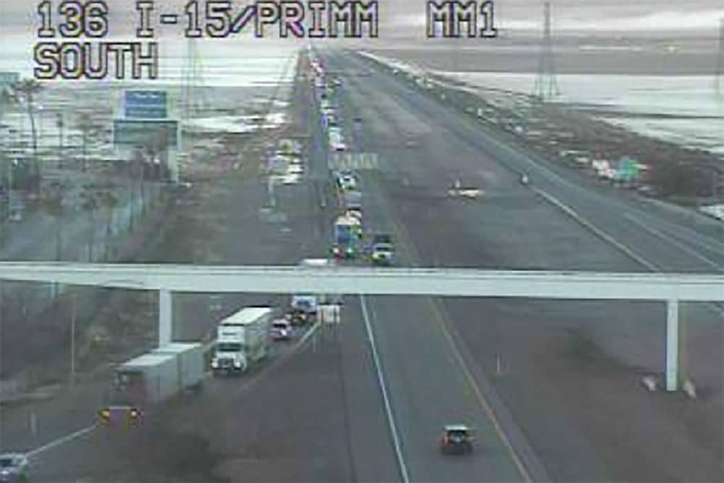 El tráfico en la carretera interestatal 15 en dirección norte se desvía debido a la helada, el lunes 18 de febrero de 2019. La Patrulla de Carreteras de Nevada cerró la I-15 en ambas direccion ...