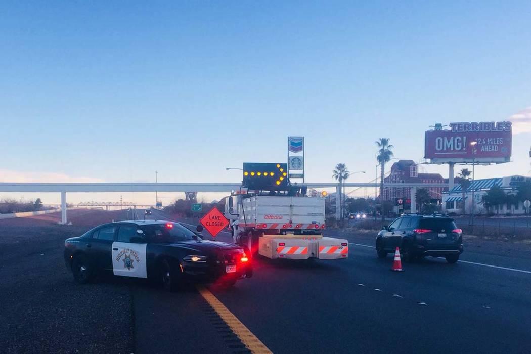 La Patrulla de Carreteras de Nevada bloquea la Interestatal 15 en Primm, en la línea del estado de California, que está cerrada debido a su congelamiento, el lunes 18 de febrero de 2019. (CHP Ba ...