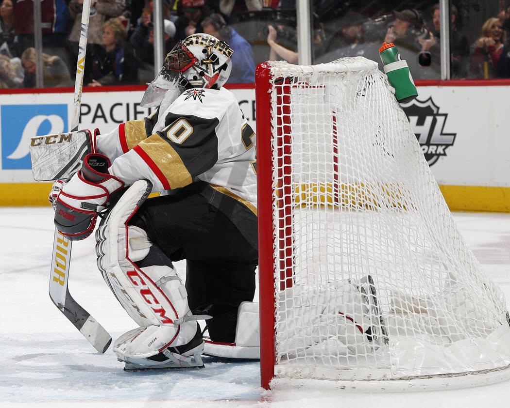 El portero Malcolm Subban de los Golden Knights de Vegas reacciona después de permitir un gol al ala izquierda de Colorado Avalanche, Matt Calvert, en el tercer período de un juego de hockey de ...