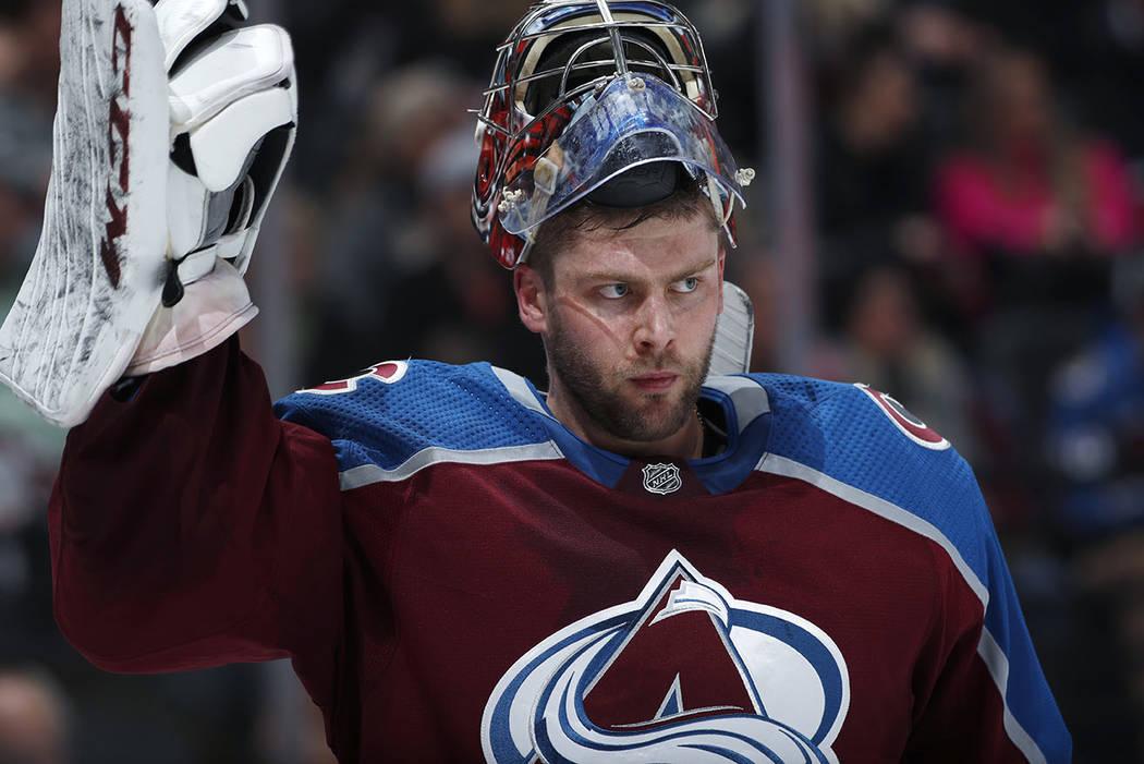 El portero de los Colorado Avalanche, Semyon Varlamov, ajusta su guante durante un tiempo fuera contra los Vegas Golden Knights en el segundo período de un juego de hockey de la NHL el lunes 18 d ...