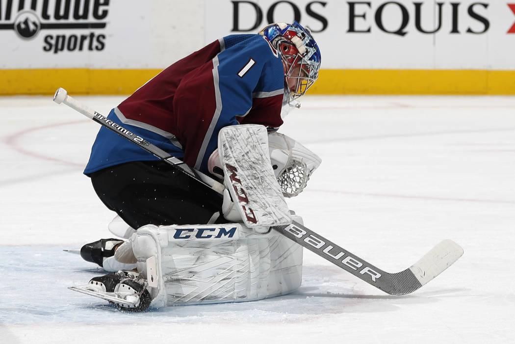 El portero de Colorado Avalanche, Semyon Varlamov, bloquea un intento de gol de los Vegas Golden Knights en el segundo período de un juego de hockey de la NHL el lunes 18 de febrero de 2019 en De ...