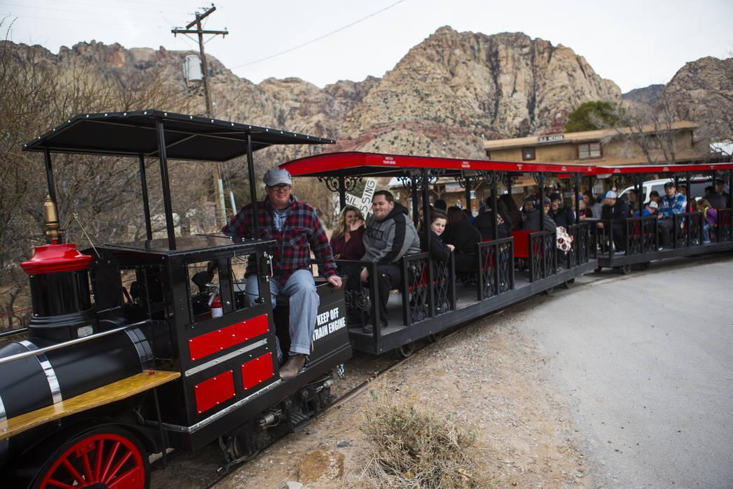 Los visitantes disfrutan de un viaje en tren en Bonnie Springs Ranch fuera de Las Vegas el sábado 12 de enero de 2019. Chase Stevens Las Vegas Review-Journal @csstevensphoto