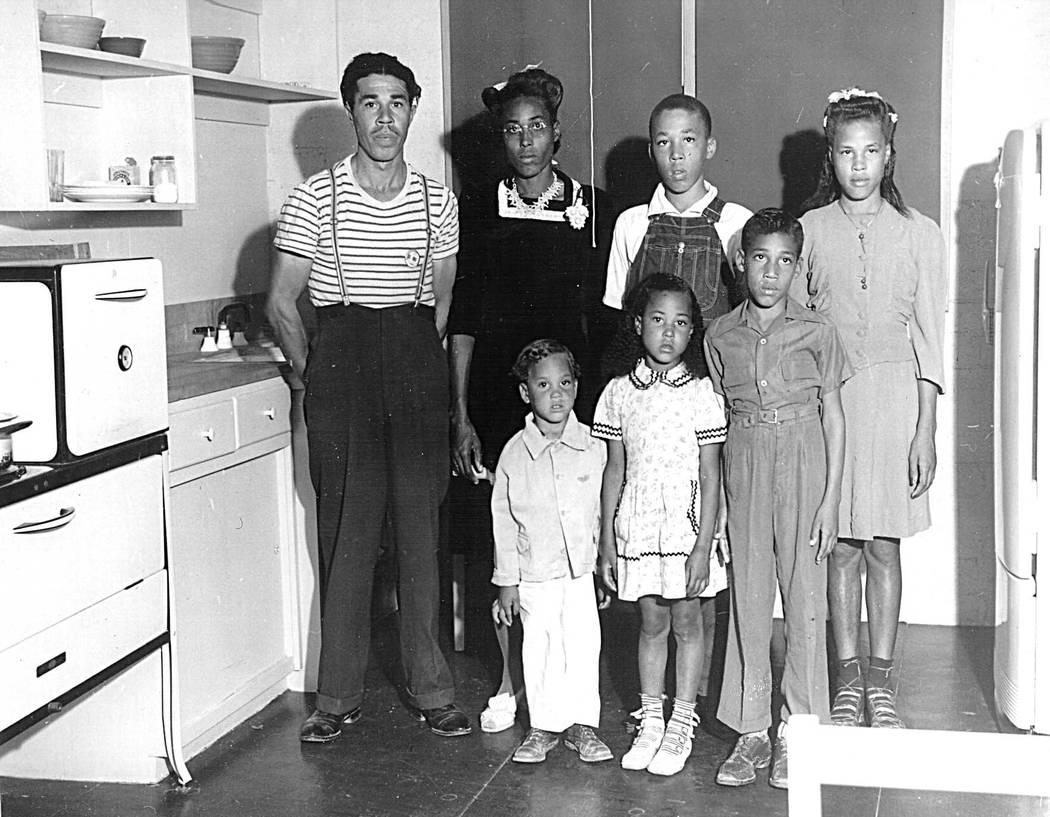 La familia Williams fue la primera familia afroamericana en mudarse a Carver Park en Henderson. Imagen de izquierda a derecha: Robert C. Williams, la Sra. Rosie Lee Williams, Theodore, 14, Cleopat ...