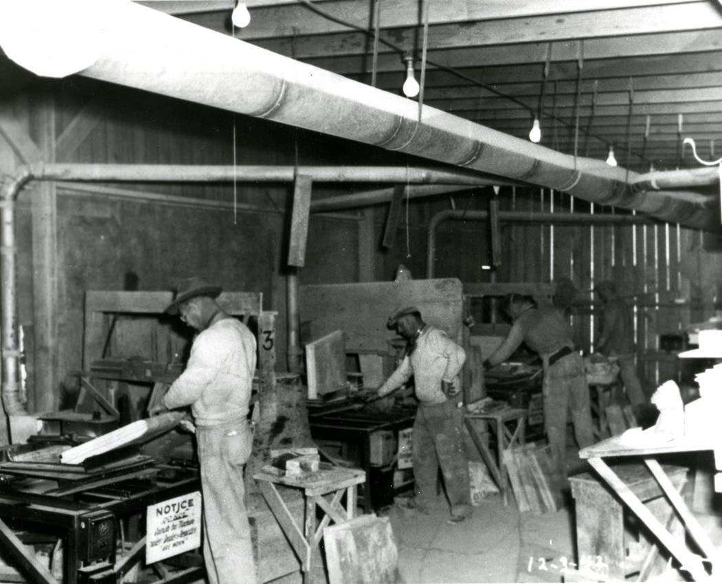 Hombres afroamericanos trabajan dentro de la planta de Basic Magnesium, Inc. en Henderson en esta foto del 3 de diciembre de 1942. Una gran cantidad de afroamericanos emigraron al sur de Nevada de ...