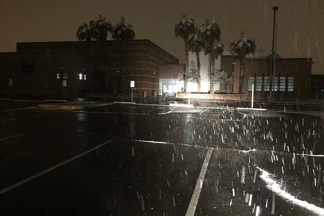 Nieve cae fuera de la Escuela Primaria Ober alrededor de las 2 a.m. del jueves, 210 de febrero de 2019. Las escuelas del Condado de Clark abrirán el jueves. (Dennis Rudner / Las Vegas Review-Journal)