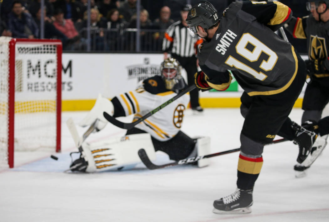 El ala derecha de los Vegas Golden Knights, Reilly Smith (19), anota ante el portero de los Boston Bruins, Jaroslav Halak (41), durante el primer período de un juego de hockey de la NHL en T-Mobi ...