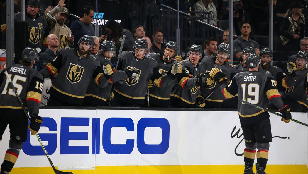 Los Vegas Golden Knights celebran con el ala derecha, Reilly Smith (19), luego de marcar un gol contra los Boston Bruins durante el primer período de un juego de hockey de la NHL en T-Mobile Aren ...