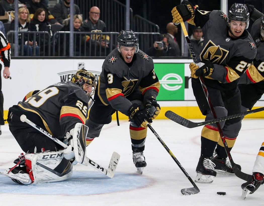 El defensor de los Golden Knights de Las Vegas, Brayden McNabb (3), saca el disco de frente del gol de los Golden Knights de Vegas durante el segundo período de un juego de hockey de la NHL en T- ...