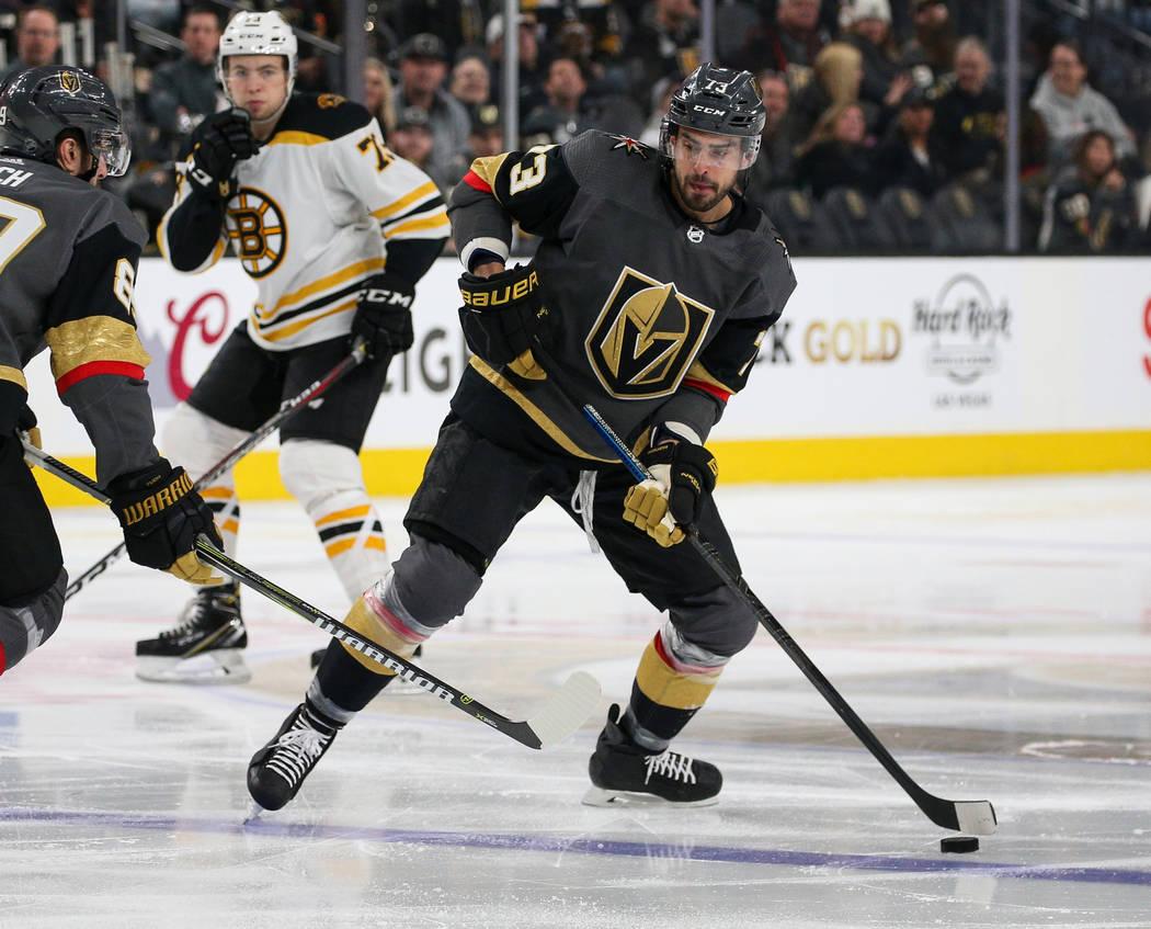 El centro Brandon Pirri de los Golden Knights de Las Vegas (73), busca pasar el disco durante el segundo período de un juego de hockey NHL en T-Mobile Arena en Las Vegas, el miércoles 20 de febr ...
