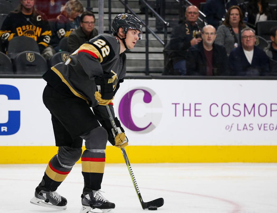 El defensa Nick Holden (22) de los Golden Knights de Las Vegas, busca pasar el disco durante el segundo período de un juego de hockey de la NHL en T-Mobile Arena en Las Vegas, el miércoles 20 de ...