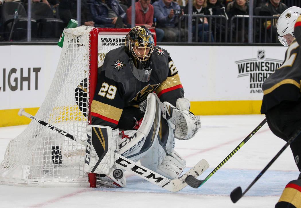 Marc-André Fleury, portero de los Golden Knights de Las Vegas (29), bloquea un disparo de los Boston Bruins durante el segundo período de un juego de hockey de la NHL en T-Mobile Arena en Las Ve ...