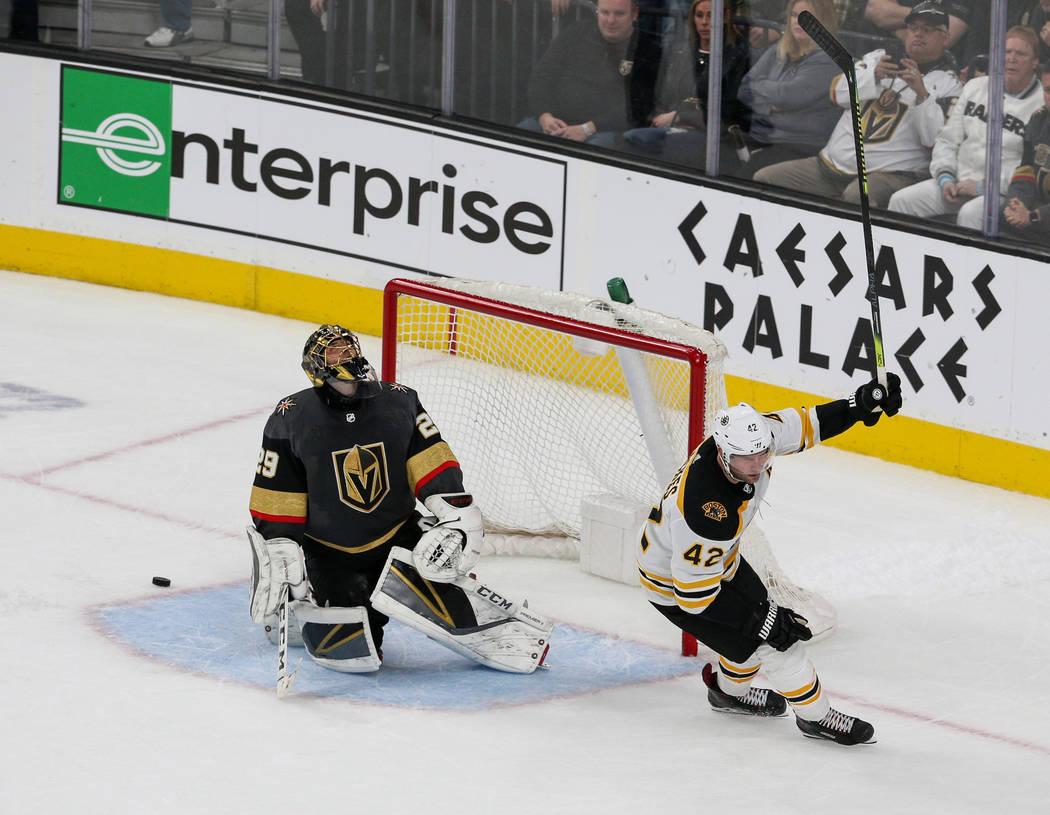 El ala derecha de los Boston Bruins, David Backes (42), anota ante el portero de los Vegas Golden Knights, Marc-André Fleury (29), en un shootout durante el tiempo extra de un juego de hockey de ...